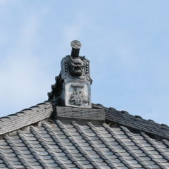 屋根の上の鬼の顔